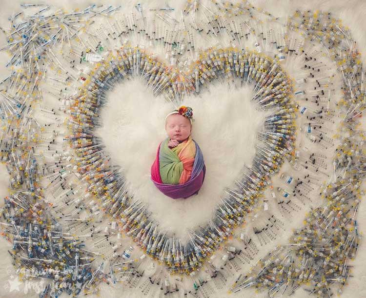 Bé sơ sinh bao quanh bởi 1.616 ống tiêm IVF - Bức ảnh lan truyền cảm hứng mạnh mẽ cho các cặp hiếm muộn